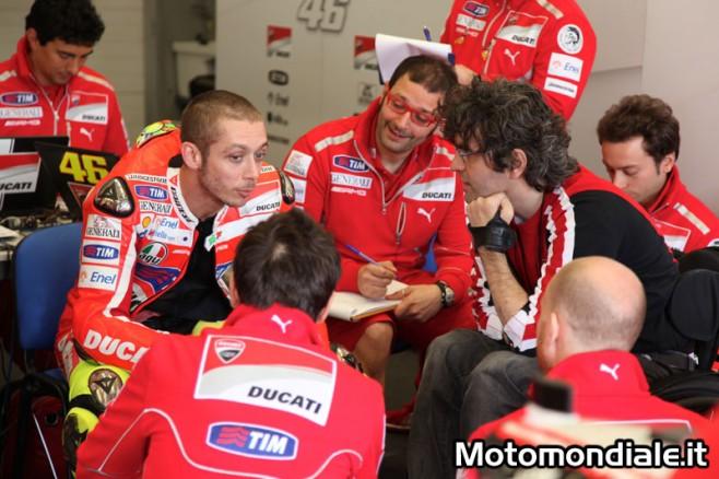 Valentino Rossi ai box con Filippo Preziosi e lo staff Ducati