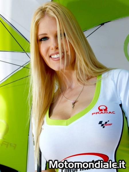 La biondissima ombrellina del paddock Pramac Racing (Moto GP 2100, Laguna Seca)