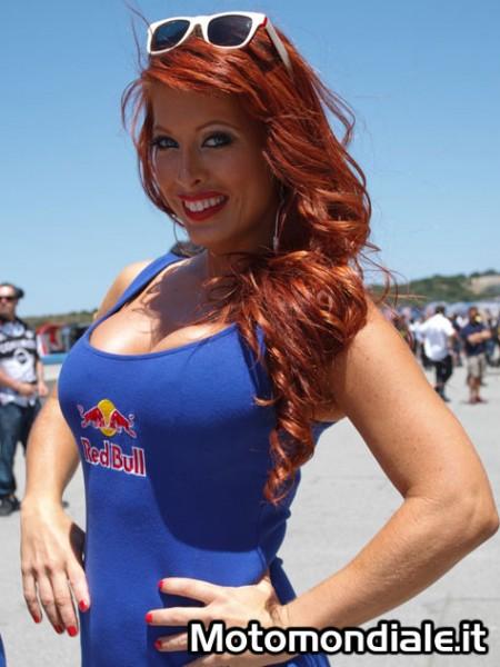 Primo piano di una Red Bull Grid Girls (Moto GP 2100, Laguna Seca)