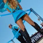 La poliziotta bionda del Team Rizla Suzuki vista da dietro (Moto GP 2100, Laguna Seca)