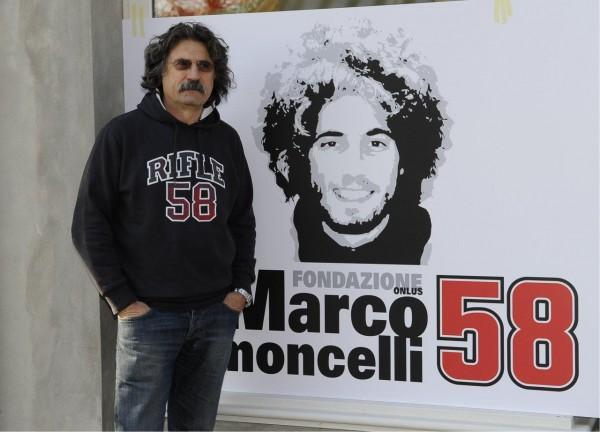 Paolo Simoncelli, papà di Marco, davanti al logo della fondazione dedicata al figlio
