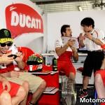 Vito Guareschi, Valentino Rossi e a destra Filippo Preziosi, in un momento di pausa durante i test di Sepang