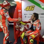 Gesto d'intesa tra Nicky Hayden e Valentino Rossi ai box, in mezzo Vittoriano Guareschi