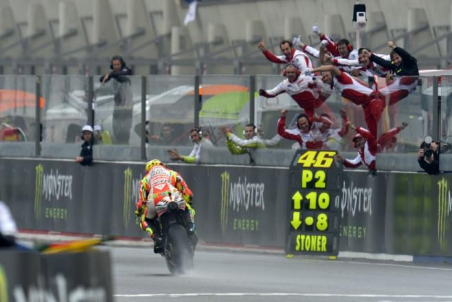 La gioia dello staff Ducati all'arrivo di Rossi al traguardo