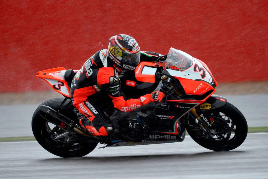 Max Biaggi (Aprilia Racing) nella pioggia di Silverstone - Superbike 2012