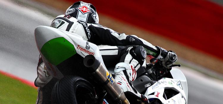 Matt Davies (Team GOELEVEN Kawasaki), primo nelle qualifiche della STK600 sul bagnato di Silverstone (Superstock 600 - 2012)